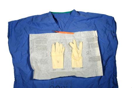 Scrub top met open pakket latex handschoenen en Scapel Stockfoto