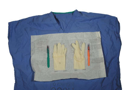 Scrub top met open latex handschoenen en scalpel