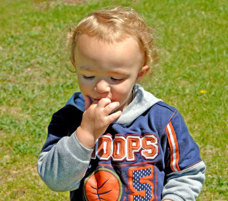 少年舐める指