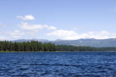 encrespado: Lago con agua entrecortada en d�a ventoso con Rockies en Montana en fondo Foto de archivo