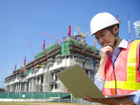 ラップトップを使用して建設労働者 写真素材