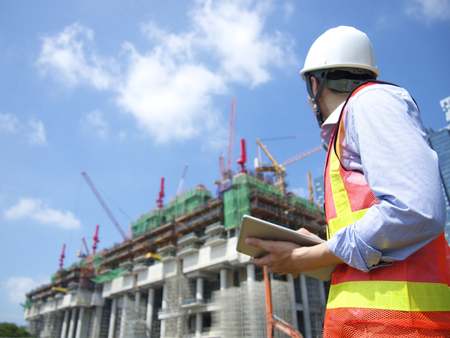 supervisores: Trabajador de la construcción que usa la tableta