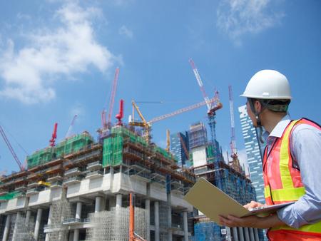 supervisores: Trabajador de la construcción con un PC
