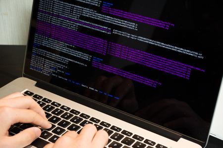 Aziatische ingenieur het schrijven van een programma op een computer Stockfoto