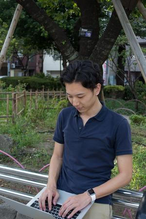 Aziatische zakenman werkt met een pc en slimme horloge