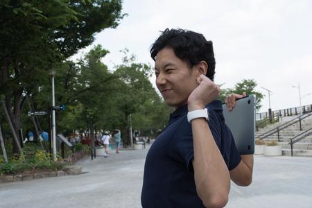 Een zakenman rekt na het werk Stockfoto