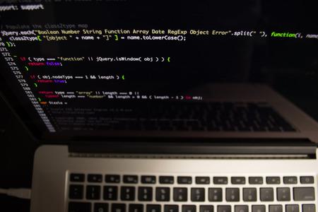 コンピューターの画面上のプログラミング コード