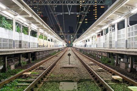 Passenger station 's nachts in Japan met een paar mensen Stockfoto