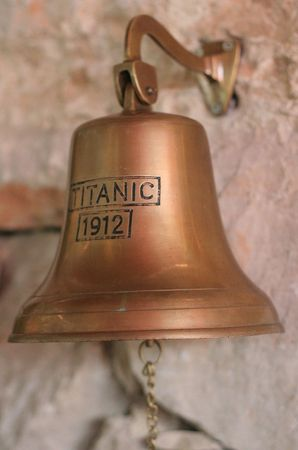 bell bronze bell: La tit�nica campana de bronce, en una pared