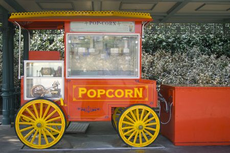 dessert stand: A red popcorn stand, next to a drive in Stock Photo