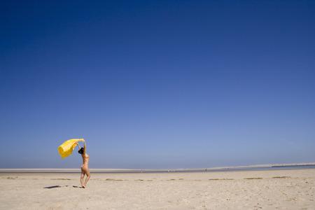 beine spreizen: eine Frau genießen die heiße Wind
