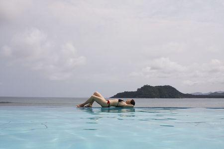 principe: mujer que goza el paraíso en Santo Tomé y Príncipe  Foto de archivo