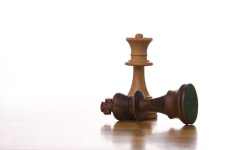 tablero de ajedrez: el rey de una pieza de ajedrez de mesa listo para que el movimiento de (enfoque selectivo)