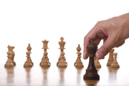 ajedrez: el rey de una pieza de ajedrez de mesa listo para que el movimiento de (enfoque selectivo)