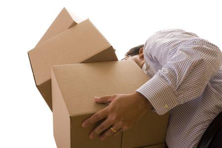 bellow: un hombre de negocios que se mantiene un mont�n de las parcelas de paquete (aislado en blanco)