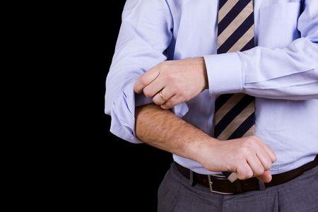 punos: hombre de negocios de su m�vil mangas dispuesta a trabajar (aislados en negro)