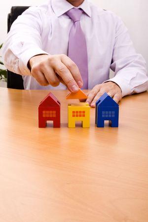 investment real state: hombre de negocios la venta de una nueva casa en su oficina (atenci�n selectiva)