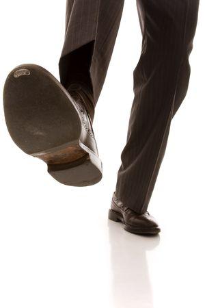pies masculinos: calzado y la pierna de un hombre de negocios precauci�n paso (enfoque selectivo) Foto de archivo