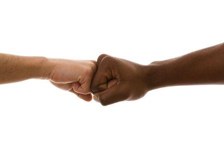 racisme: multiraciale vuist op vuist overeenkomst (geïsoleerd op wit) Stockfoto
