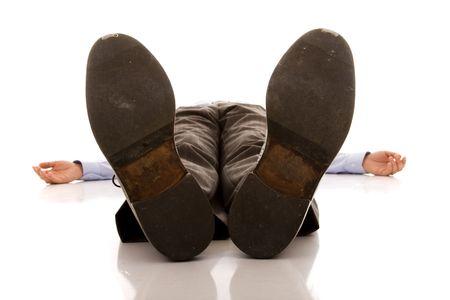 agotado: empresario pies de un cad�ver (aislado en blanco) Foto de archivo
