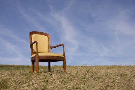 sedia vuota: sedia vuota al di fuori al campo in erba