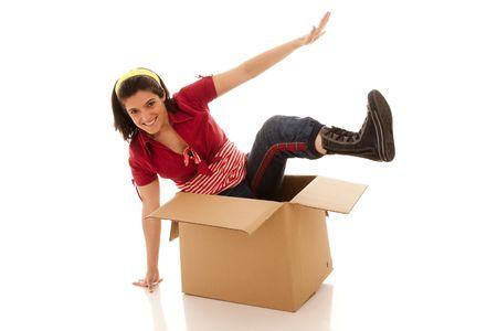 giovane donna in uscita da una scatola di cartone Archivio Fotografico