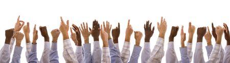 compromiso: multirracial gestos manos juntas (aislado en blanco)