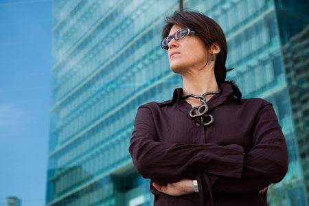 krachtige vrouw: succesvolle zaken vrouw weg kijken naast haar kantoor gebouw  Stockfoto