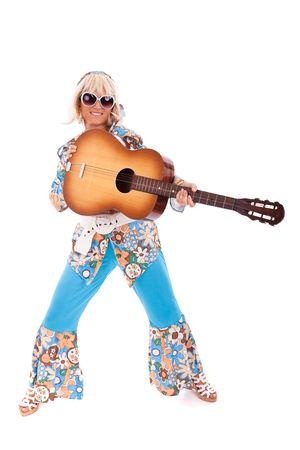 mujer hippie: feliz joven hippie mujer con una guitarra (aislado en blanco)