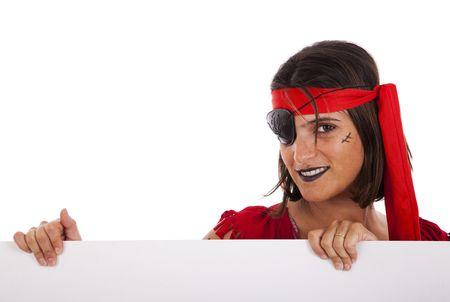 mujer pirata: mujer de pirata sosteniendo una bandera en blanco (aislada en blanco)