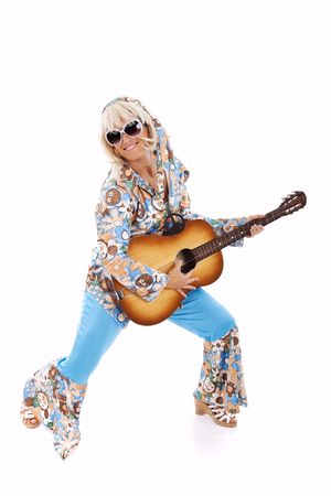 mujer hippie: feliz hippie joven mujer sosteniendo una guitarra (aislada en blanco)