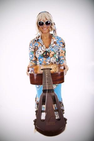 mujer hippie: feliz hippie joven mujer sosteniendo una guitarra