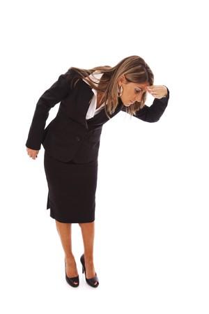 naar beneden kijken: bukken zaken vrouw op zoek naar beneden (geïsoleerd op wit)