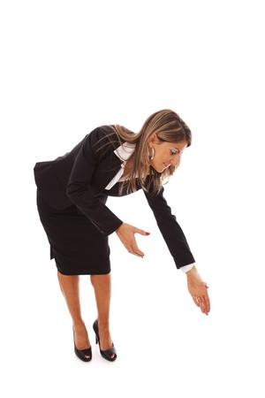 sich b�cken: gesch�ftsfrau biegen �ber zu helfen oder etwas zu greifen Lizenzfreie Bilder