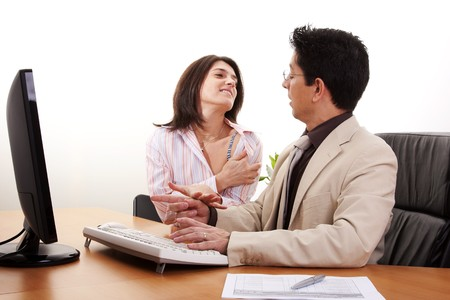acoso laboral: acoso de empresaria en su pareja empujando su corbata