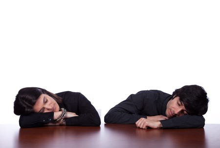 pregui�oso: men and woman sleeping at the office desk  Banco de Imagens
