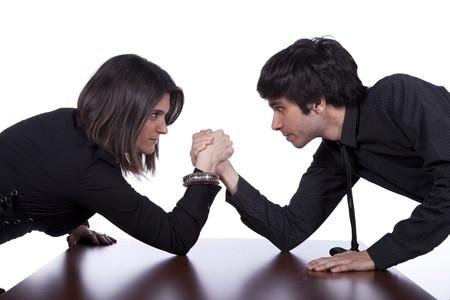 Hombres y una mujer en una lucha de brazo en la Oficina