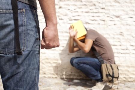 violencia: Estudiante de adolescente con miedo en su escuela (enfoque selectivo)  Foto de archivo