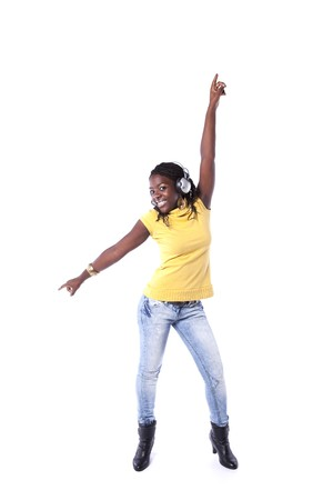 actief luisteren: jonge Afrikaanse vrouw luisteren en dansen met hoofdtelefoon (geïsoleerd op wit)