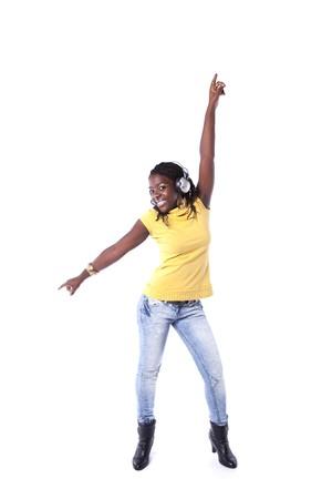 escucha activa: joven Africana escuchar y bailar con auriculares (aislados en blanco)