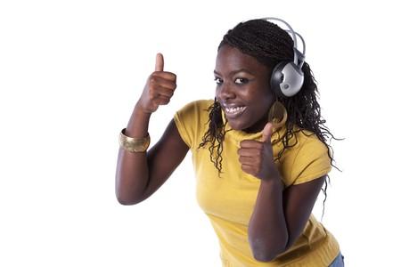 actief luisteren: jonge Afrikaanse vrouw luisteren en dansen met hoofd telefoon (geïsoleerd op wit)  Stockfoto
