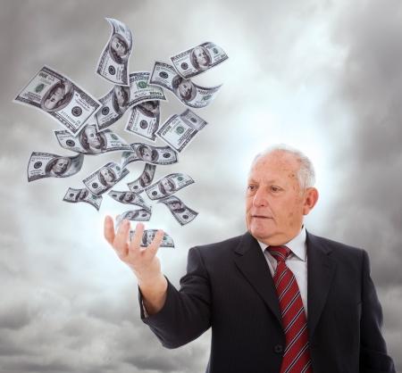 dinero volando: empresario celebrar algo con su mano (aislado en blanco)