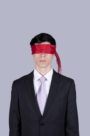 augenbinde: Als Geisel Gesch�ftsmann mit einer roten Augenbinde f�r seine Augen (isolated on Gray)