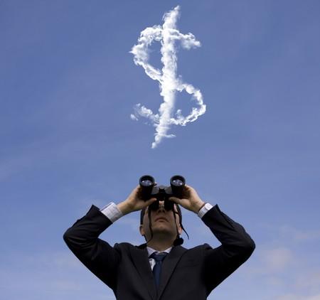 signo pesos: Empresario mirando a trav�s de binoculares a un signo de d�lar en el cielo  Foto de archivo