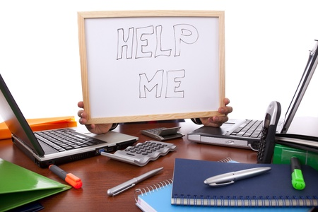 messy office: uomo d'affari di chiedere aiuto (nascondendo la testa)