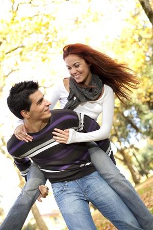 affetto: Giovane coppia che abbia un buon tempo insieme al parco (messa a fuoco differenziale con shallow DOF)