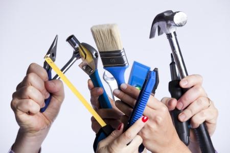 mantenimiento: Grupo de manos de personas con una gran cantidad de herramientas de mejora de casa (enfoque selectivo)