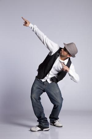 danza: Bailarín de hip-hop mostrando algunos movimientos Foto de archivo
