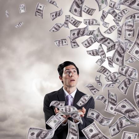金持ち: (白で隔離される) 彼の手からお金を失うの実業家