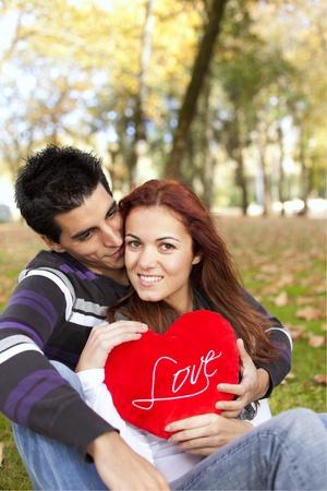 caes: Amor y afecto entre una joven pareja en el d�a de San Valent�n (enfoque selectivo con DOF superficial)
